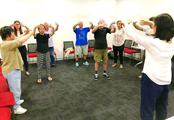 澳洲悉尼西南部的堪特伯雷班克斯敦市政府舉辦的教功班上,新學員在學煉法輪功。(明慧網)