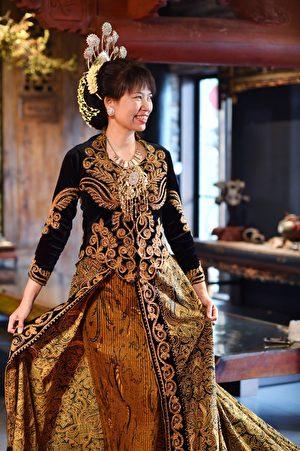 杨慧青理事长为融入新住民活动,新住民祈福婚纱秀特着印尼中爪哇婚服走秀。