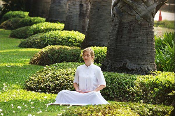Meditating lady.(pixabay)