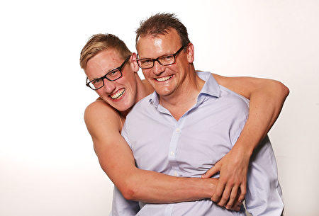 澳洲游泳名將馬克‧霍頓與父親安德魯‧霍頓(右)的合照。(Michael Dodge/Getty Images)