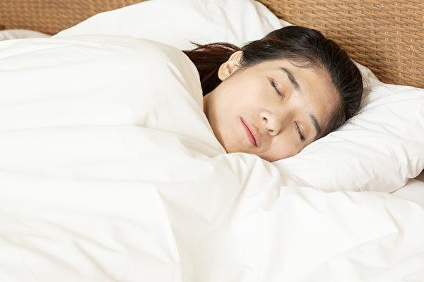睡眠適量,可以讓人身心平衡,不但身體健康,就算是過了中年也不易發胖。(Shutterstock)