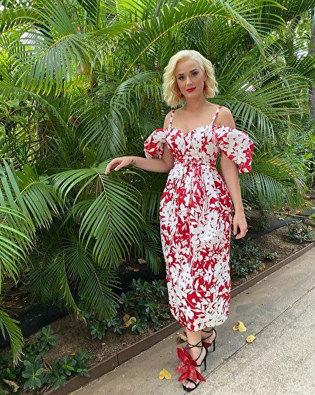 Katy Perry脚上的每片花瓣由工匠精心打造,均可随意调动。