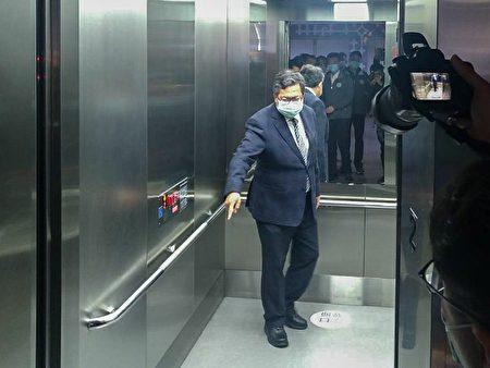桃捷公司已于全线车站电梯内加贴社交安全距离地贴。