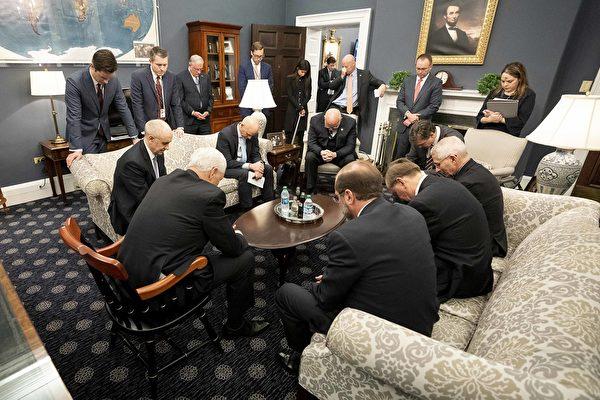 2月26日,美國副總統彭斯(Mike Pence)為中共病毒帶領工作小組在他的辦公室一起禱告!(白宮網站)