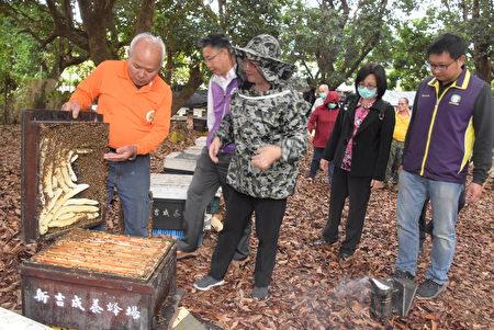 彰化縣長王惠美與養蜂產銷班合影。