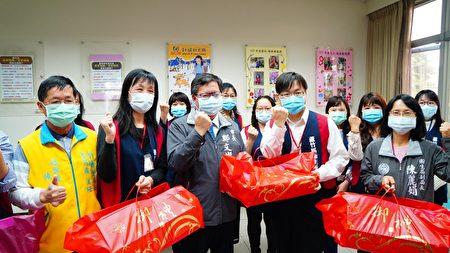 桃园市长郑文灿7日前往芦竹区卫生所,慰勉卫生所人员防疫辛劳。
