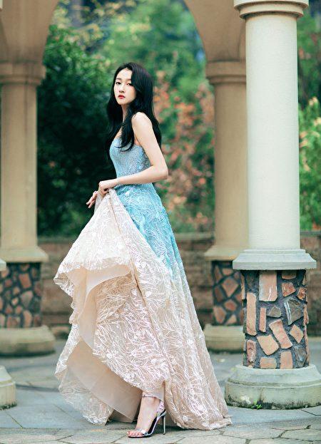 关晓彤穿的鞋款,是由工匠以1,100 颗水晶人手镶嵌于后跟上。