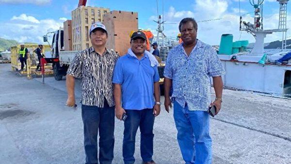 日前台灣援助友邦「帛琉」的呼吸器及生物安全櫃等醫療物資已經抵達,而帛琉副總統歐宜樓(Raynold Oilouch)更是親自到港口迎接,還登上軍艦幫忙開路。 (中華民國駐帛琉大使館提供)