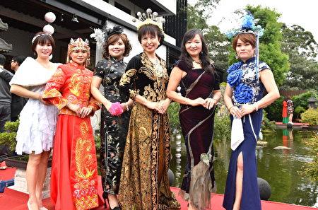 新住民祈福婚纱秀会后,杨慧青与参加活动的新住民合影。