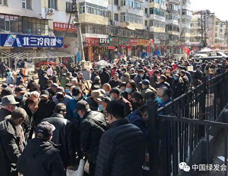 網民披露哈市道外區流動鳥市場4月5日、4月12日周末人潮聚集,許多人並未戴口罩。(網絡)