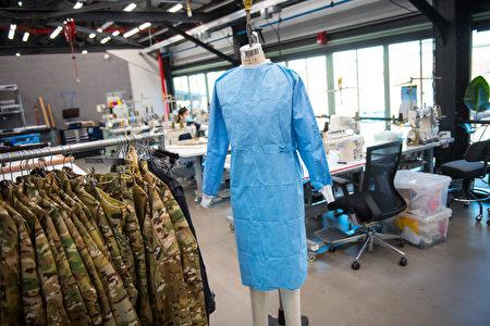 纽约布碌崙(布鲁克林)的军用服饰工厂改动生产线,生产医用手术服等医疗物资。