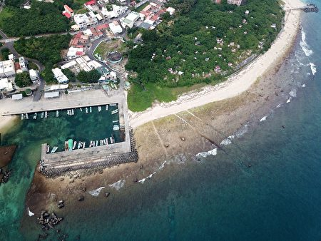小琉球擁有豐富海洋資源與生態環境,圖為著名潮間帶:漁埕尾。