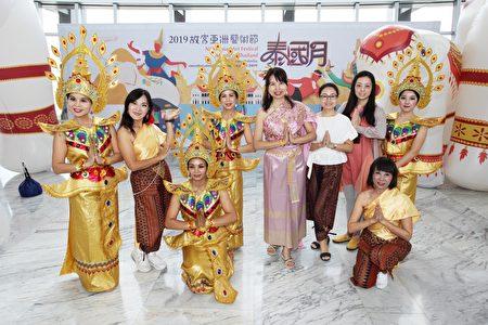 杨慧青(中) 与新住民姐妹前往参加2019故宫南苑泰国月活动,并表演多首泰国舞蹈。