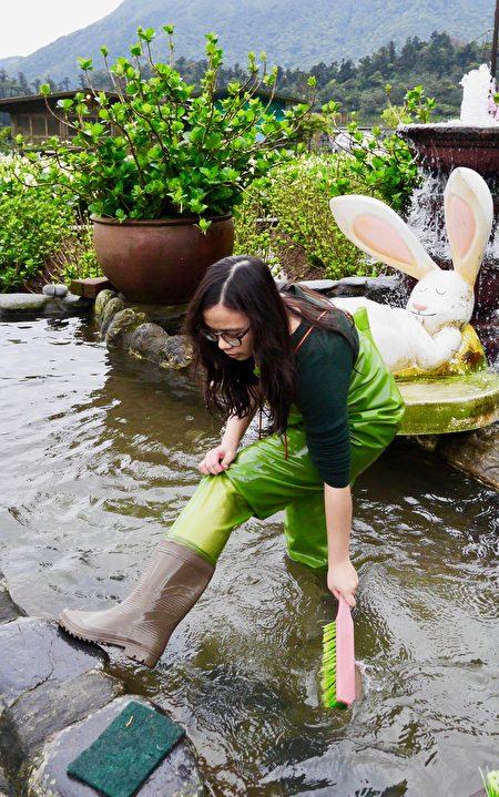 穿青蛙装体验一日花农。