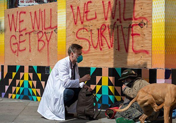2020年3月17日,一位醫生在三藩市與一名無家可歸的人在交談。 (Josh Edelson/AFP/Getty Images)