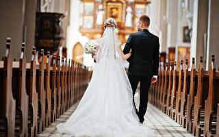 疫情下的创意 美新人的婚礼宾客全是纸板人
