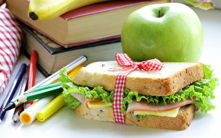 英教師每天走8公里 為78名小學生送午餐