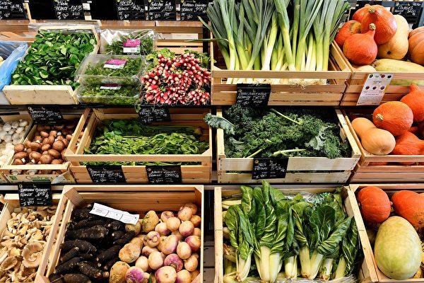 選購表面較乾的蔬菜,可避免過早腐爛。 (GEORGES GOBET/AFP via Getty Images)