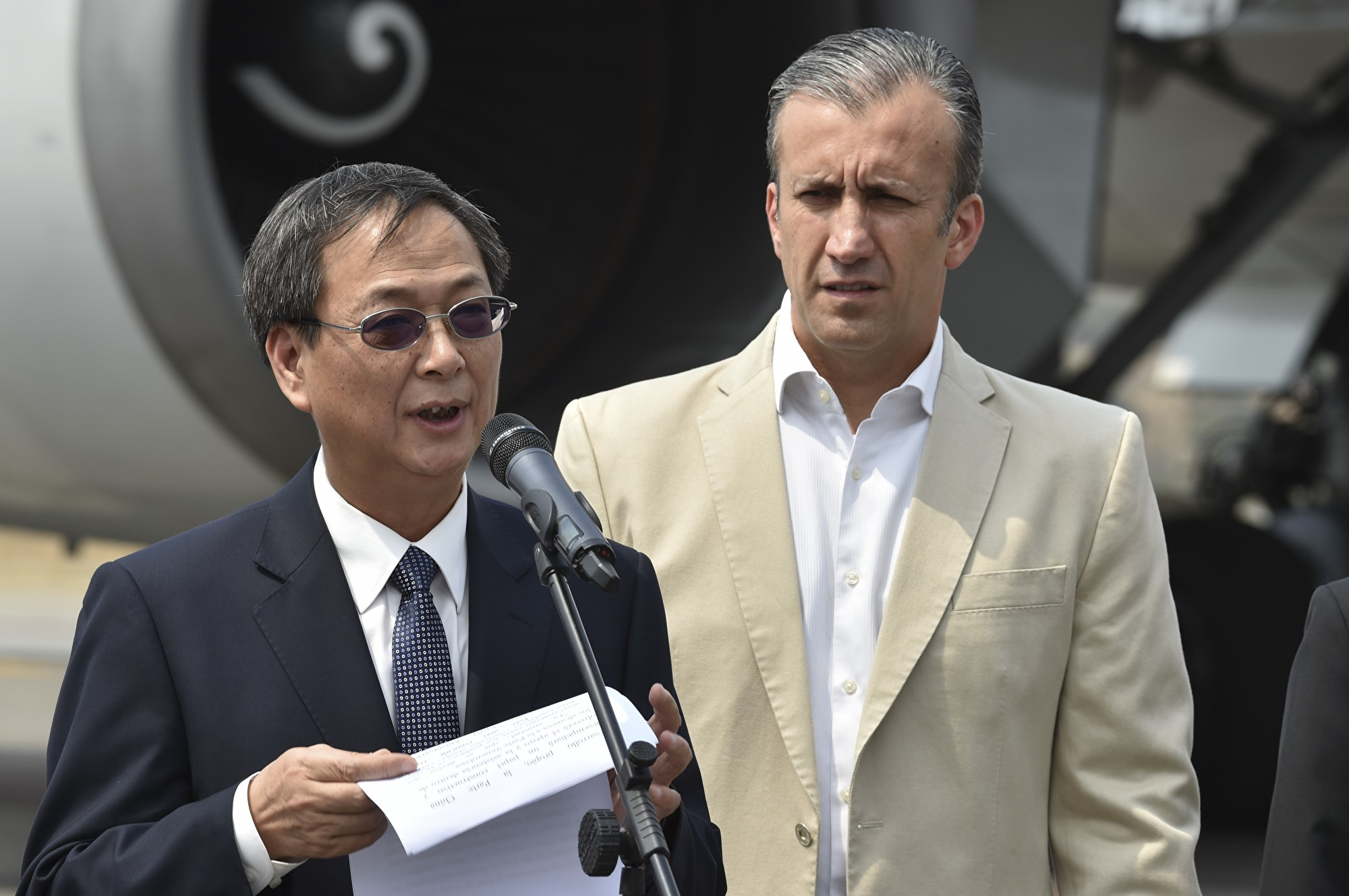 圖為中共駐委內瑞拉大使李保榮(左)在3月29日與時任委內瑞拉工業部長和前副總統塔里克·艾薩米(Tareck El Aretami,右)在機場發表講話。(YURI CORTEZ/AFP via Getty Images)