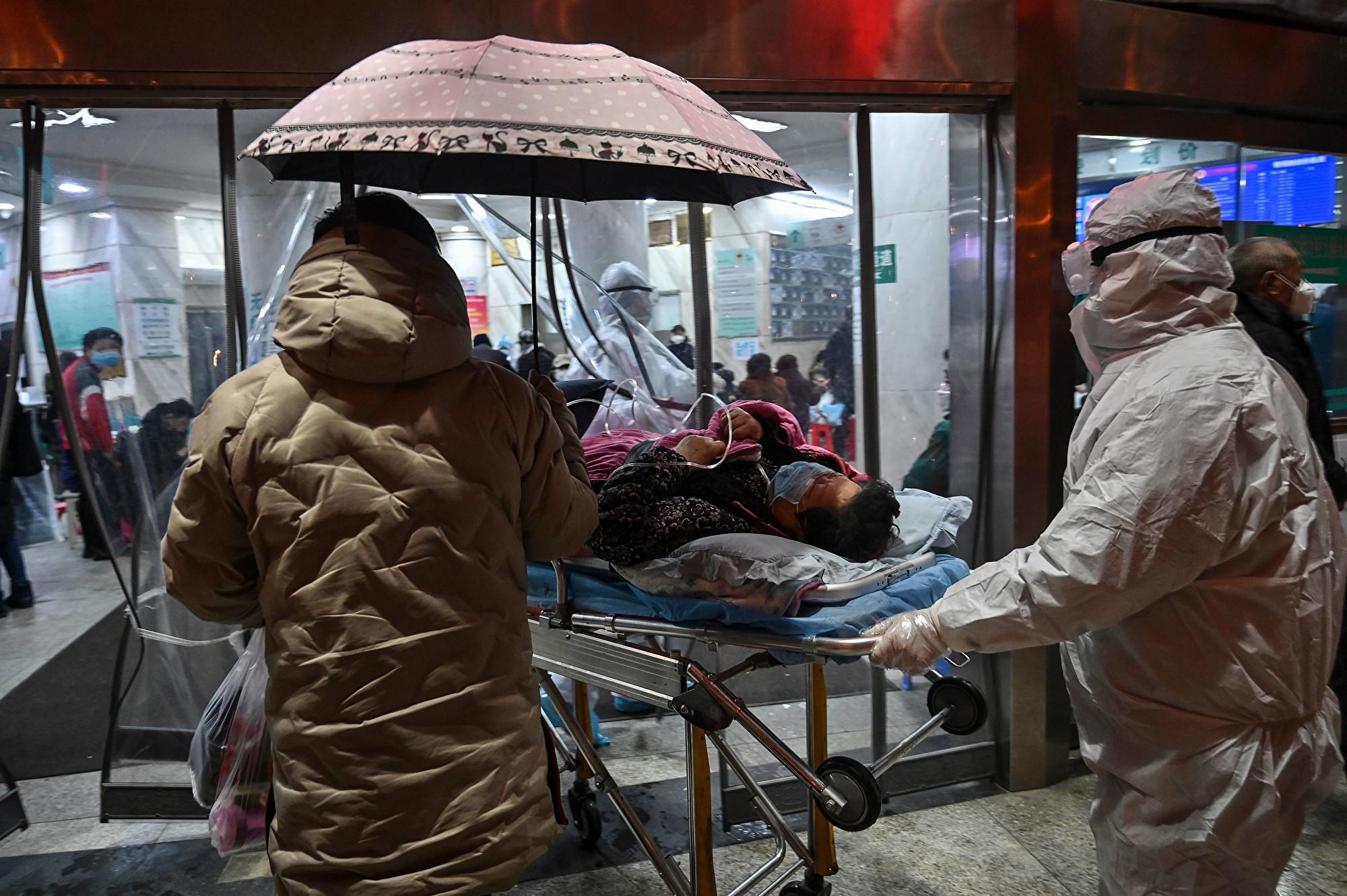 圖為武漢中心醫院1月25日送發熱門診的病人。(HECTOR RETAMAL/AFP via Getty Images)