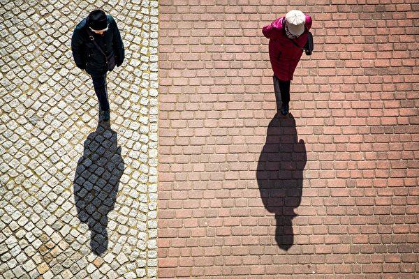 民众外出要记得保持社交距离。(ODD ANDERSEN/AFP via Getty Images)