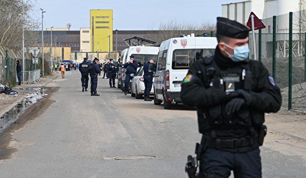 圖為4月3日,法國警察在北部加萊地區對非法難民營採取管制行動。 (DENIS CHARLET/AFP via Getty Images)