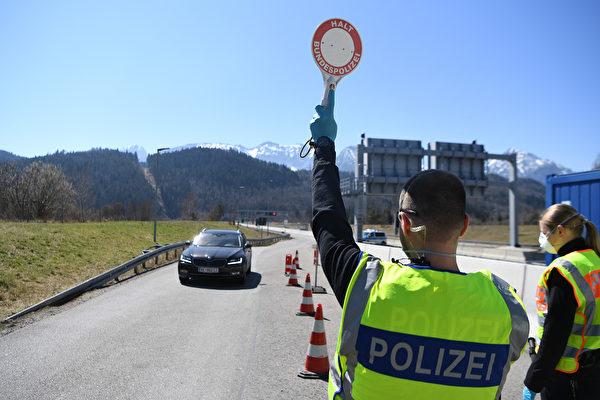 3月13日開始,奧地利關閉了邊境,圖為德國巴伐利亞州和奧地利交界處的邊境檢查站。(Andreas Gebert/Getty Images)