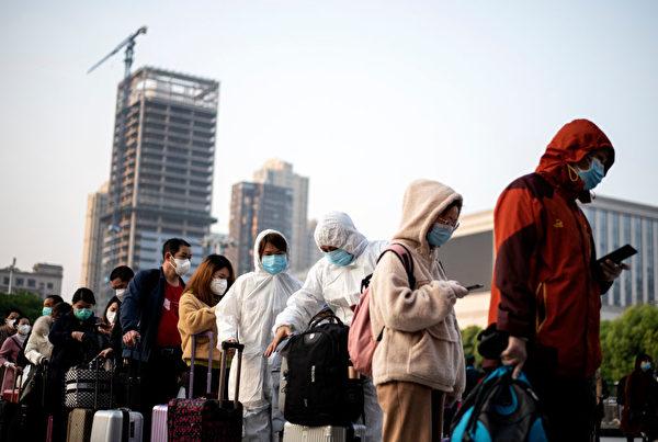 2020年4月8日,武漢解封,圖為準備出城的民眾在漢口火車站外排隊。(NOEL CELIS/AFP via Getty Images)