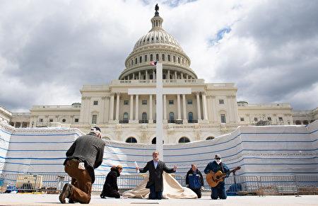 2020年4月10日,美國華盛頓DC,基督教防禦聯盟主任帕特里克·馬洪尼牧師(P.Patrick Mahoney,中)帶領一個小組在美國國會大廈外進行祈禱。(SAUL LOEB/AFP via Getty Images)