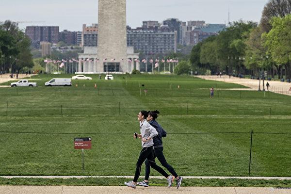 两人并排跑,或交错跑,可以避免处于滑流区内,减少微飞沫接触。 (Drew Angerer/Getty Images)