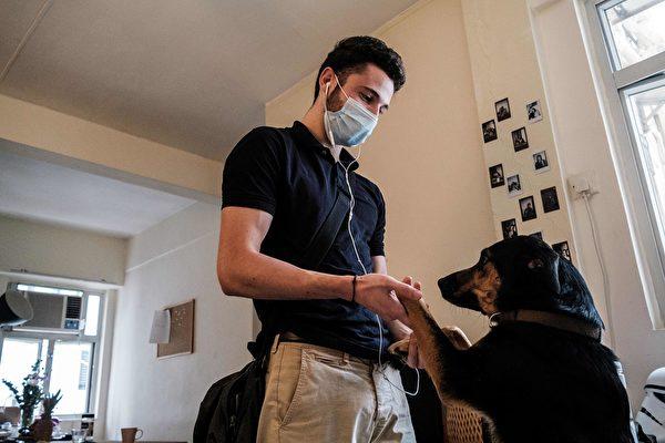 居家隔離期間,寵物可以陪伴主人,給人無條件的殷情,減少孤寂感,並降低因中共肺炎大流行帶來的沮喪與焦慮。(ANTHONY WALLACE/AFP via Getty Images)