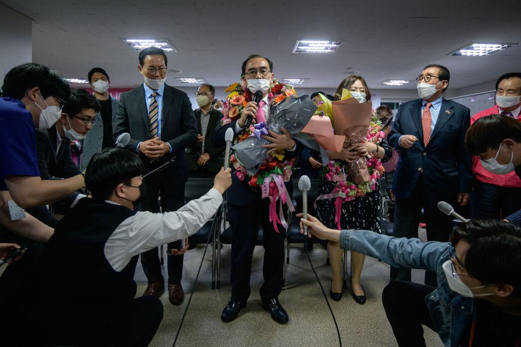 2020年4月16日,成功當選南韓江南選區國會議員的太救民(Thae Yong Ho,原名太永浩)非常激動。(Ed JONES/AFP)