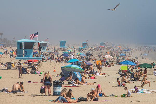 组图:疫情稍缓 南加州海滩爆人潮