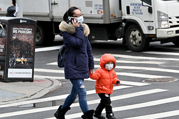如何知道孩子感染了新型冠状病毒(中共病毒)?疫情严重时可以带孩子出门吗?(Dia Dipasupil/Getty Images)