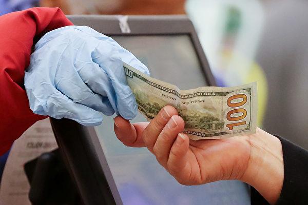 中共病毒可在鈔票存活4天,購物時增添了感染危機。 (Mario Tama/Getty Images)
