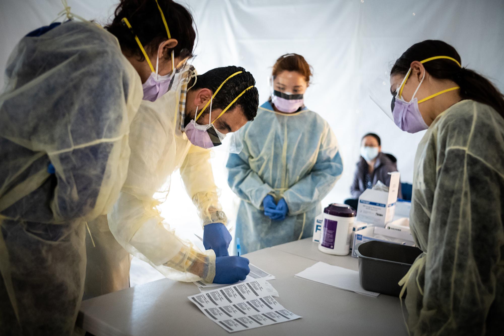 中共肺炎蔓延全球,紐約疫情嚴重,國際現追責索賠潮。圖為正在紐約抗疫一線忙碌的醫生。(攝於2020年3月24日) (Misha Friedman/Getty Images)