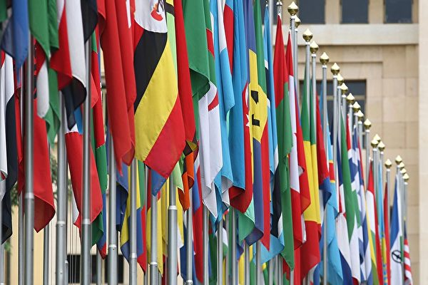 醫學人類學家們的研究指出,某種意義上,19世紀霍亂大流行是全球化的結果。圖為位於日內瓦的聯合國大廈前的各國國旗。(Johannes Simon/Getty Images)