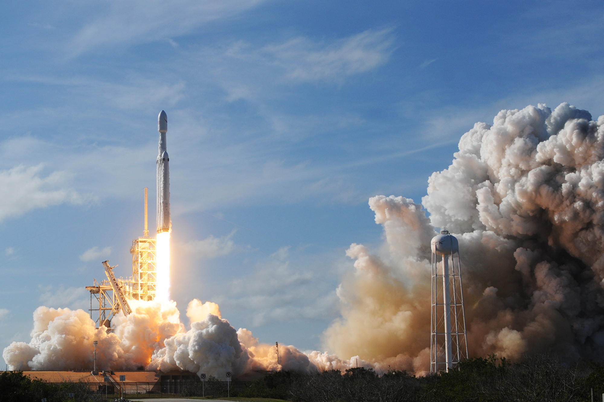 NASA宣佈,兩名太空人將於5月搭乘SpaceX製造的火箭到國際太空站。圖為SpaceX火箭2018年2月6日在佛州甘迺迪航天中心的39A發射台升空。(JIM WATSON/AFP)