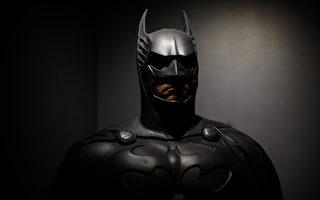 墨西哥出现神秘蝙蝠侠 劝人待在家里防疫