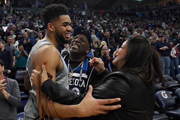 NBA灰狼队证实 唐斯母亲死于中共肺炎