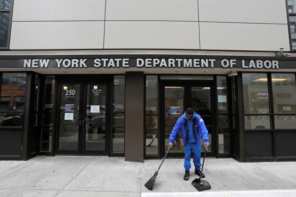 2020年3月20日,布魯克林發生了中共病毒(COVID-19)疫情,一個人在紐約州勞工局辦公室外掃地,該辦公室對公眾關閉。(Andrew Kelly/路透社)