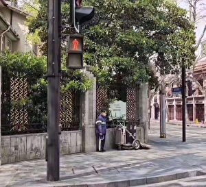 上海環衛工在街角默默哀悼。(受訪者提供)