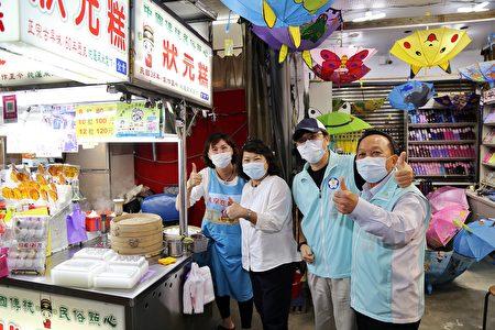 (左2起)市長黃敏惠、衛生局局長張耀懋及建設處長陳光興來到狀元糕攤位與攤商合照。