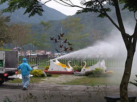 6日花莲县环保局一早偕同市公所清洁队扩大市区防疫工作,寿丰乡鲤鱼潭消毒现况。