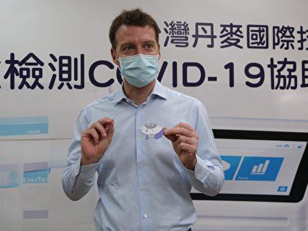柏胜生技董事长Filippo Bosco展示检测碟片。