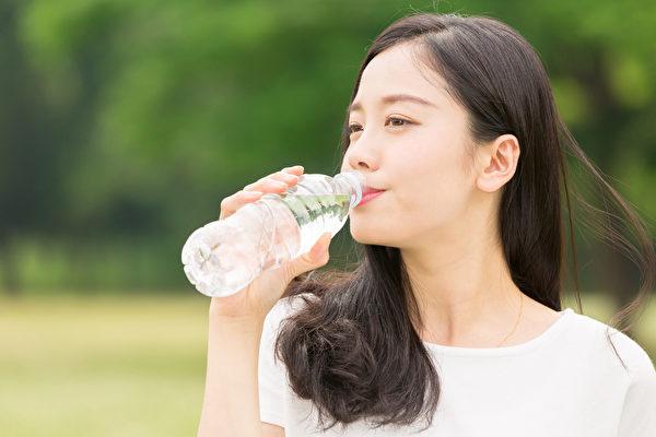喝多少水才夠?喝水前一定要了解「如何喝水」,才能有效清潔腸道。(Shutterstock)