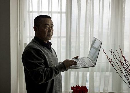創辦並負責運作「六四天網」的黃琦,2015年1月22日在他成都的公寓裏。(AFP)