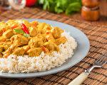 咖喱料理中的香料和食材含有丰富营养素,有助抗发炎、提升免疫力、促进胃肠蠕动及修复黏膜。(Shutterstock)