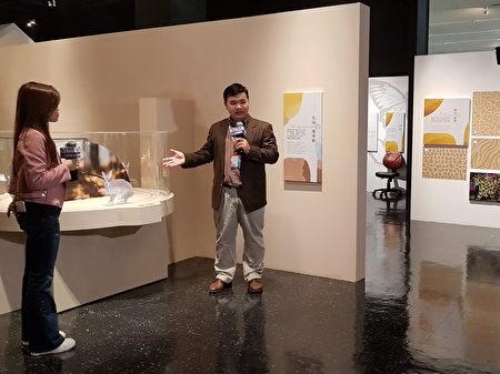 策展人黃興倬博士介紹展品,希望讓民眾了解大自然之美,並探討失序的部分。
