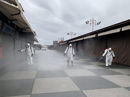 6日花莲县环保局一早偕同市公所清洁队扩大市区防疫工作,东大门夜市摊商喷洒稀释漂白水消毒。